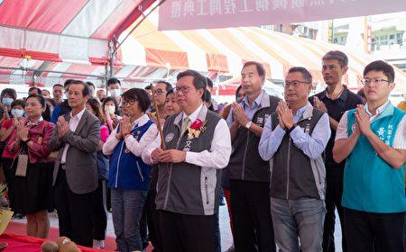 桃園市長鄭文燦與來賓上香祈福工程順利,如期完工。