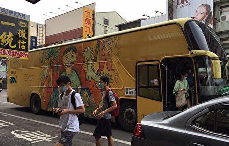 屏东县政府与罕见疾病基金会合作,遴选10幅病友画作登上公车车体彩绘,将在屏东县内趴趴go,生命斗士的故事让艺术公车更加动人。