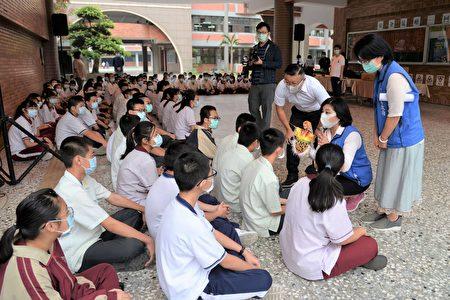 近来媒体披露林内乡渊明国中被猕猴入侵,并疑似欲抢夺学生早餐,张丽善特地前往抚慰学生!