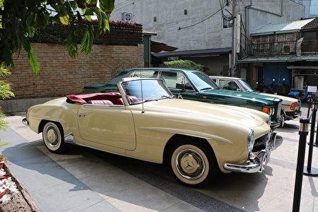 提供三辆古董名车供拍照。