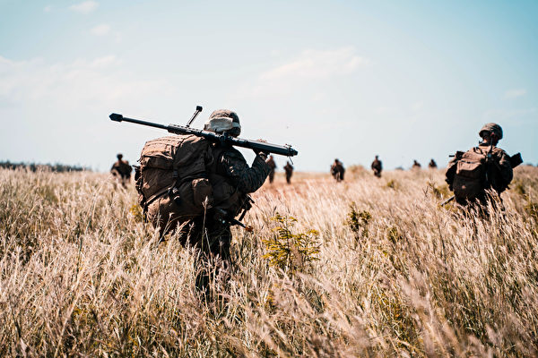 2020年10月7日,美軍在沖繩島到飯島一帶展開「貴族之怒」(Noble Fury)登陸演習,圖為海軍陸戰隊通過空中攻擊迅速插入,擊敗了模擬敵方部隊,保衛了飛機場,並在島上建立了防禦陣地,以支持海軍的後續行動。(Cpl. Josue Marquez/美國海軍陸戰隊)