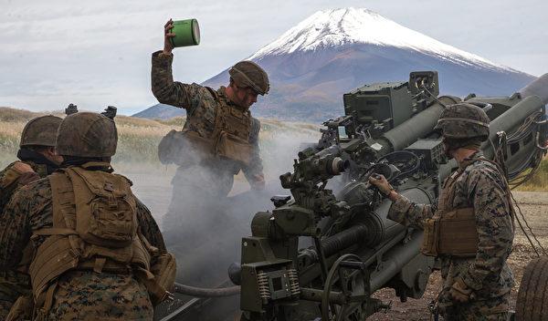 10月20日,在日本的富士營地,美國海軍陸戰隊演練發射155毫米M777A2榴彈砲。(Cpl. Savannah Mesimer/美國海軍陸戰隊)