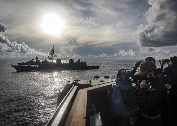 10月20日,阿利‧伯克級導彈驅逐艦約翰‧麥凱恩號(DDG 56,右下)在南中國海,與日本海上自衛隊驅逐艦霧雨號(DD 104,中部),澳洲皇家海軍阿倫塔號(FFH 151,遠處),同時進行綜合海上安全行動。(Mass Communication Specialist 2nd Class Markus Castaneda/美國海軍)