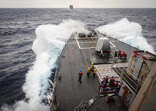 10月22日,美軍阿利‧伯克級導彈驅逐艦約翰‧麥凱恩號(DDG 56)在南中國海靠近補給和彈藥船艾倫‧謝潑德號(USNS Alan Shepard ,T-AKE 3)。(Mass Communication Specialist 2nd Class Markus Castaneda)