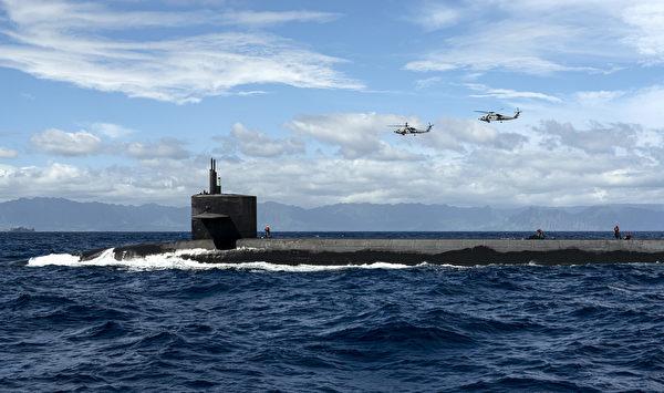 10月20日,在夏威夷群島附近,兩架MH-60R海鷹直升機,向俄亥俄級彈道導彈潛艇傑克遜號(USS Henry M. Jackson,SSBN 730)運輸貨物。(Mass Communication Specialist 1st Class Devin M. Langer/美國海軍)