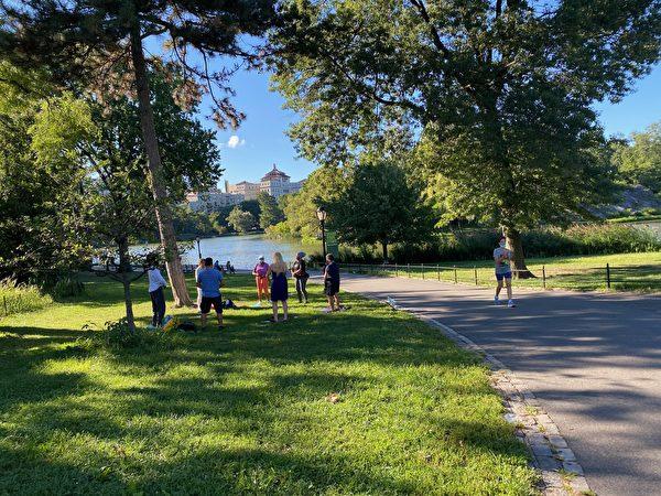 紐約中央公園北門法輪功煉功點,每天早7點到12點,有人教功。(戴Jane提供)