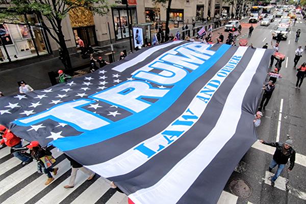 """""""川普再四年"""" 巨幅挺川旗 覆盖曼哈顿五大道"""