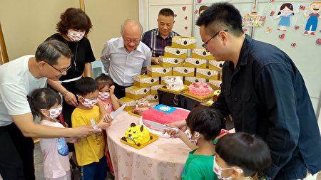 多那之斗六棒球旗艦店經理洪培訓(右一)和小朋友一起切慶生蛋糕。