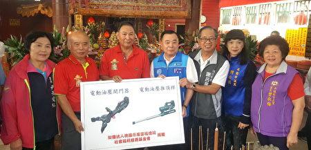 桃園市議會邱奕勝議長(中)的牽線,桃園消防局受贈「電動破壞器材」。