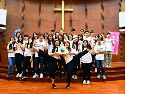 海外志工團隊進行「中原海外服務地球儀」的傳承交接象徵「中原愛世界、世界愛中原」。