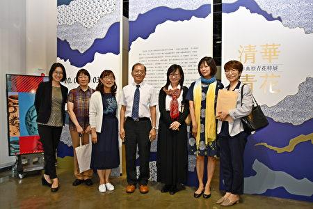 清大副校长陈信文(中)、清大文物馆筹备处主任马孟晶(左3)与优秀的策展团队合影。