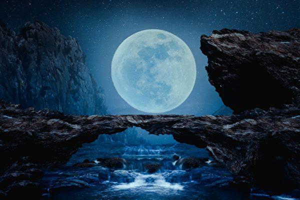 摄影师捕捉绝美场景 走绳高手如同走在月亮里