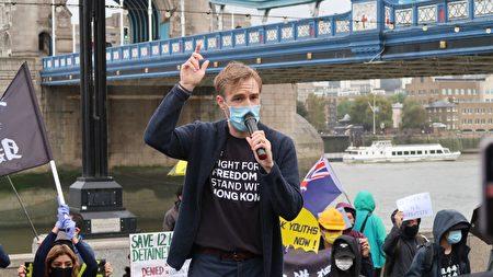 「香港觀察」成員裴倫德(Luke de Pulford)在集會上發言