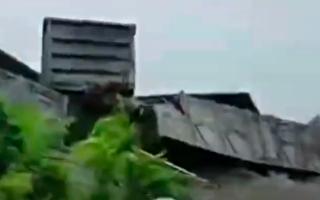 【视频】广东湛江货运火车18节车厢脱轨