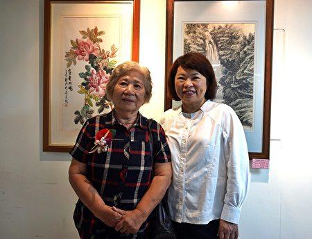 市長黃敏惠與80歲代表吳照女士(左)在展場留影。