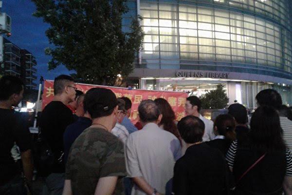 2017年中共特務對磐石教會反共攤位的圍攻。(受訪者提供)