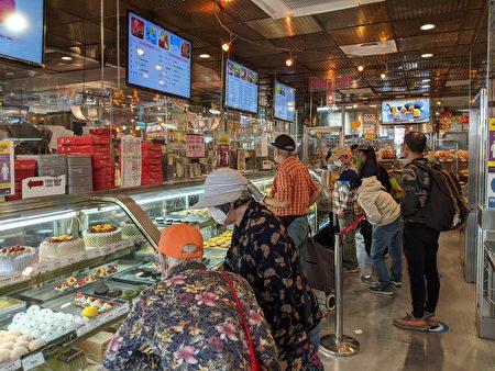 圖為中秋節當天,華埠餅店商家內情況。