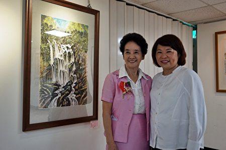 市長黃敏惠與70歲代表朝陽里里長吳張秀英(左)在展場留影。