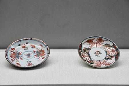 (左)中国仿日本伊万里瓷盘、(右)日本金襕手样式花卉纹盛盘。