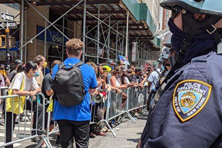 圖為2020年7月15日,BLM抗議者紐約市政廳進行示威活動。