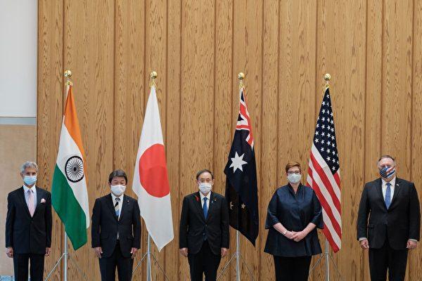 圖為印度外長蘇傑生(左起)、日本外務大臣茂木敏充、日本首相菅義偉、澳洲外長潘恩及美國國務卿蓬佩奧,10月6日在東京舉行四方聯盟會議。(NICOLAS DATICHE/POOL/AFP via Getty Images)
