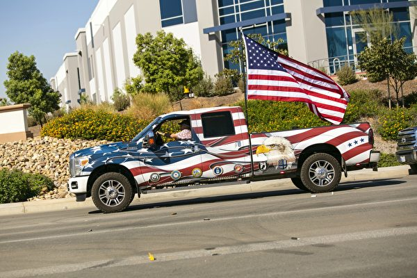10月3日,上百名選民駕駛著私家車參加在河濱縣(Riverside)的遊行活動,支持特朗普總統連任。(加州特朗普支持者提供)