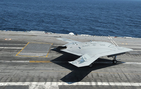 2013年7月10日,一架X-47B無人戰機在布殊號航空母艦(CVN 77)的飛行甲板上著陸。 (Mass Communication Specialist Seaman Lorelei R. Vander Griend/美國海軍)