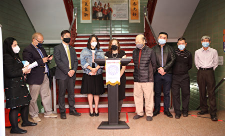 10月5日,紐約市OATH局長克勒特在紐約州眾議員牛毓玲的陪同下,同中華公所主席于金山及多位僑社領袖訪問華埠商舖,協助商家處理疫情期間收到的罰單,並贈以口罩。