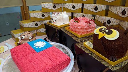 多那之斗六棒球旗艦店經理洪培訓贈送給家扶的國旗蛋糕,還有黃金獅子、WOO貓頭鷹、馬爾濟斯、便便王及天使心等五個動物造型蛋糕。