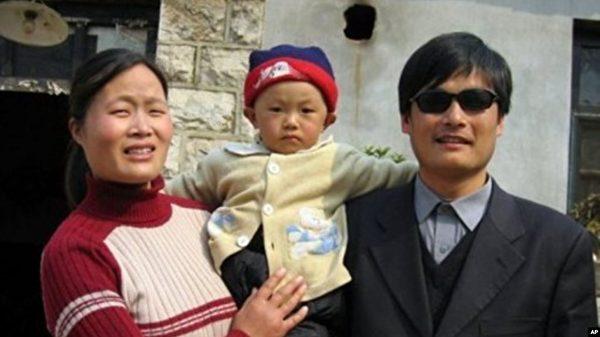 在陳光誠逃出中國前的兩年裏,他的妻子袁偉靜和孩子都跟他一起被中共軟禁在家中。(受訪人提供)
