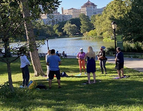 紐約中央公園北門的法輪功煉功點,在2020年3月開始設立,吸引了不少西人前來學功。(戴Jane提供)