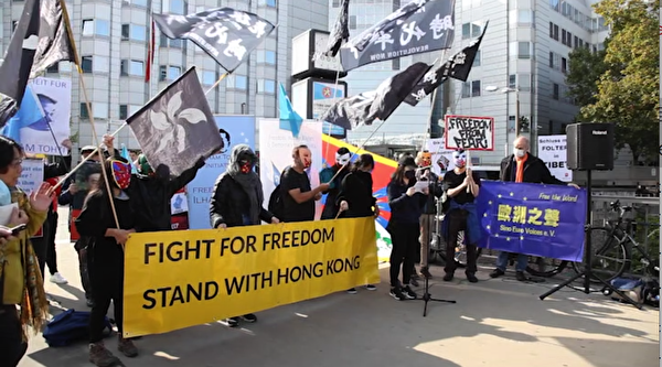 2020年10月1日,香港代表在中共大使館前發言,抗議中共迫害香港民眾。(新唐人影片截圖)