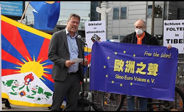 德國國會議員、自民黨人權專員海德特(Peter Heidt)說,「我們可以從德國給中國民眾加油,不要放棄自由民主抗爭。」(新唐人影片截圖)