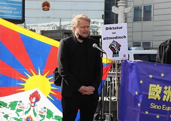 「為了被脅迫民族協會(GfbV)」德國項目負責人賽德勒(Hanno Schedler)說,德國現任的政治家們都應該跟那些為中共加油的人拉開距離。(新唐人影片截圖)