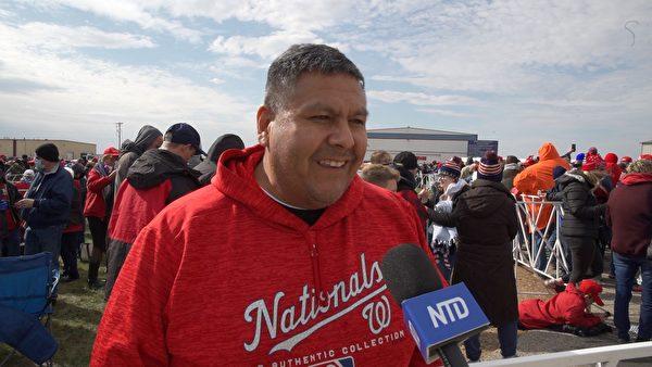 伊州保守派選民卡洛斯(Carlos)是特朗普粉絲,他認為特朗普總統能告訴美國人真相。(李惠臻/大紀元)