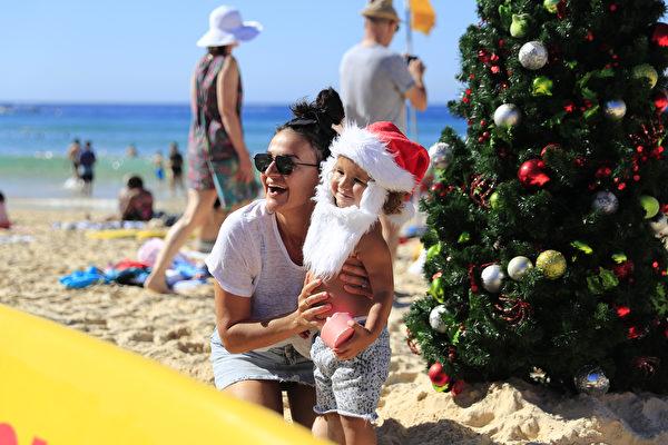 2018年12月25日,澳洲悉尼邦代海滩。澳洲人在海边庆贺圣诞节。(图片来源: Mark Evans/Getty Images)