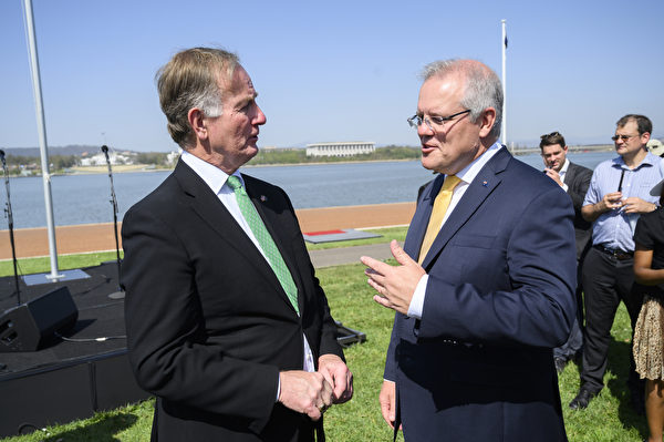 2020年1月26日,美國駐澳大使卡爾瓦豪斯(Arthur B. Culvahouse Jr.)(左)與總理莫里森(右)在勘京的伯利—格裏芬湖舉行的澳洲日公民儀式後交談。(Rohan Thomson/Getty Images)