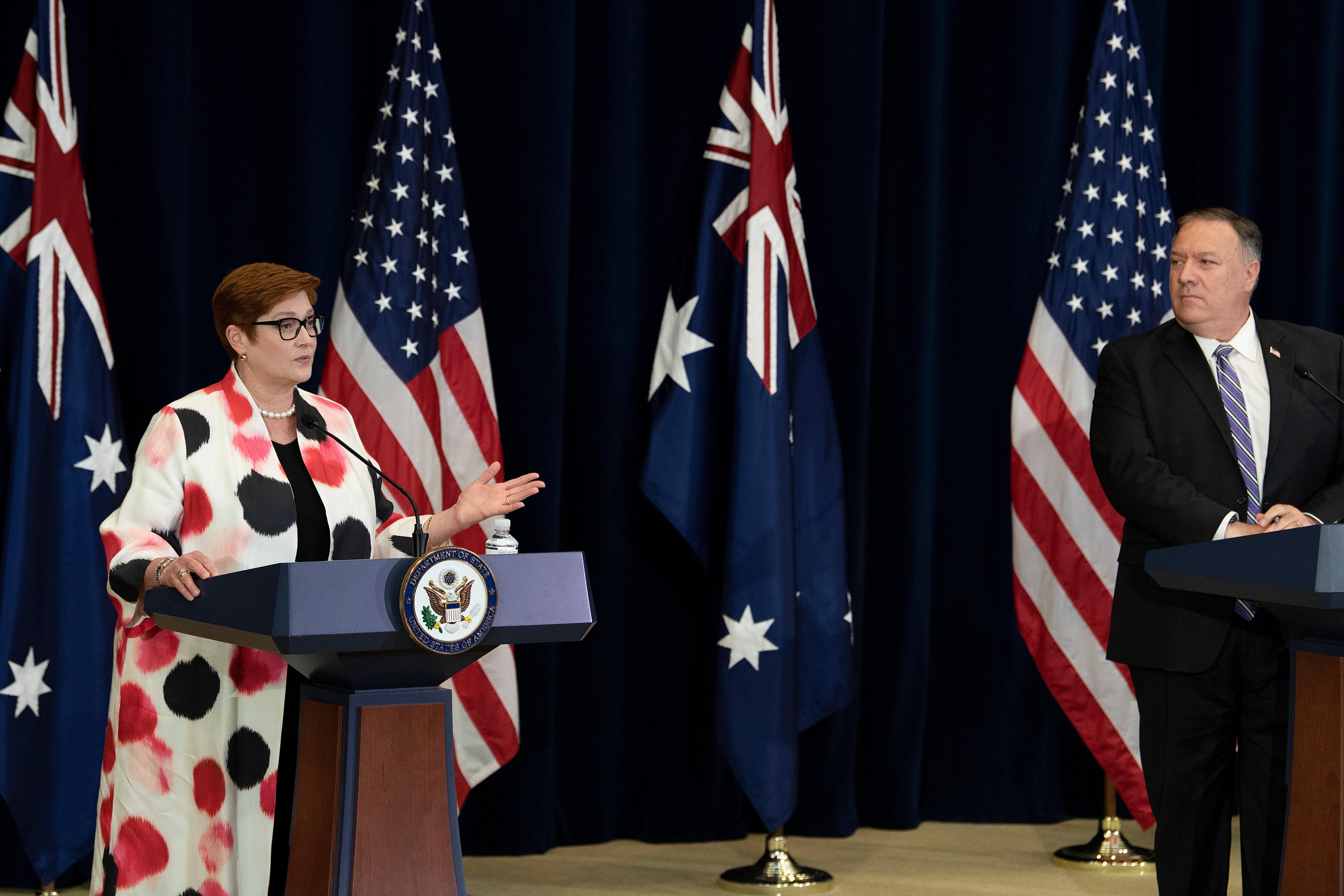 2020年7月28日,在華盛頓特區舉行的澳美部長級諮商(AUSMIN)會議上,美國國務卿蓬佩奧(Mike Pompeo)在新聞發佈會上傾聽澳洲外長佩恩(Marise Payne)發言。(BRENDAN SMIALOWSKI/AFP via Getty Images)