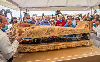 埃及出土大批石棺 現場開啟驚現完整木乃伊
