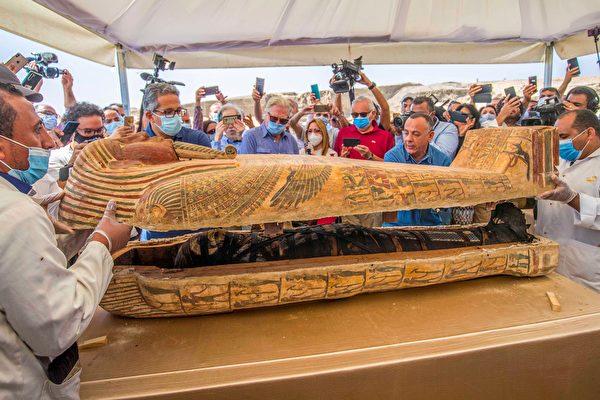 埃及出土大批石棺 现场开启惊现完整木乃伊