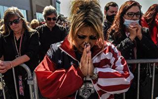 美国多地民众为川普祈祷:上帝掌控着一切