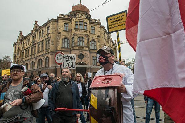 2020年10月5日,數十名美食商人在布拉格政府所在地抗議新的限制措施。後面的海報寫著「媒體在撒謊」和「停止限制」。為了防止中共病毒在捷克的繼續蔓延,捷克宣佈國家緊急狀態從10月5日開始生效,並將持續兩周。(MICHAL CIZEK/AFP via Getty Images)