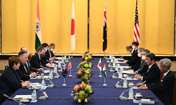 2020年10月6日,日本東京,澳洲外交部長佩恩(Marise Payne,左一)、美國國務卿蓬佩奧(左二)、日本外務大臣茂木敏充(右二)及印度外交部長蘇傑生(Subrahmanyam Jaishankar,右一)出席四方會談。(CHARLY TRIBALLEAU/POOL/AFP via Getty Images)