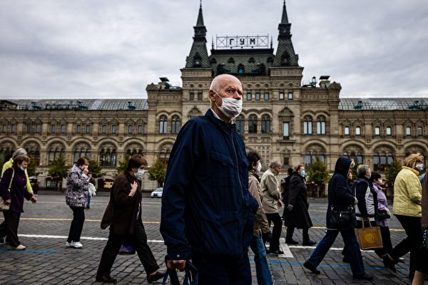 2020年10月7日,莫斯科市中心紅場戴著口罩的人們。(DIMITAR DILKOFF/AFP via Getty Images)