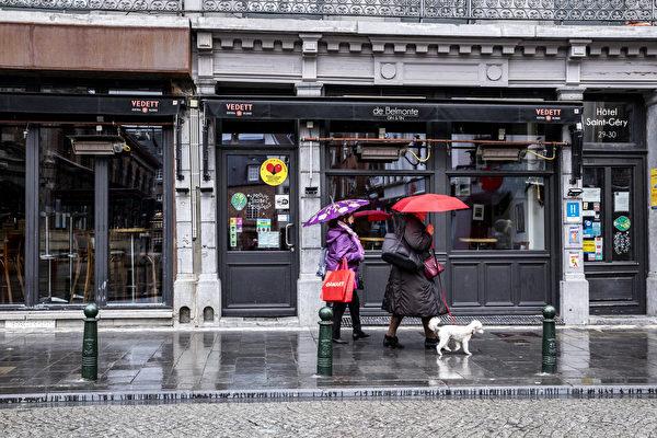 2020年10月8日,比利時布魯塞爾一家關閉的咖啡館。隨著COVID-19感染人數的激增,布魯塞爾地區採取了更嚴格的措施來降低傳播COVID-19的風險。從8日開始,酒吧和咖啡館將關閉一個月。(HATIM KAGHAT/BELGA MAG/AFP via Getty Images)