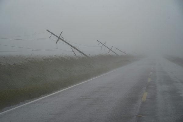 德爾塔颶風襲美帶來強風暴雨 近75萬戶斷電