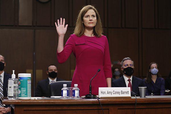 2020年10月12日,特朗普總統提名的最高法院大法官人選巴雷特(Amy Coney Barrett)在參議院第一天確認聽證會上宣誓。 (SHAWN THEW/POOL/AFP via Getty Images)