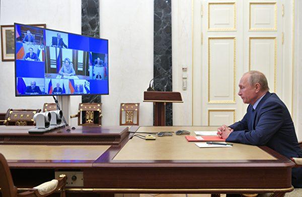 2020年10月16日,俄羅斯總統普京在莫斯科通過電話會議與安全委員會成員舉行會議。當天,普京提議莫斯科和華盛頓核軍備協議延長一年,無任何條件。(Alexei Druzhinin/Sputnik/AFP via Getty Images)