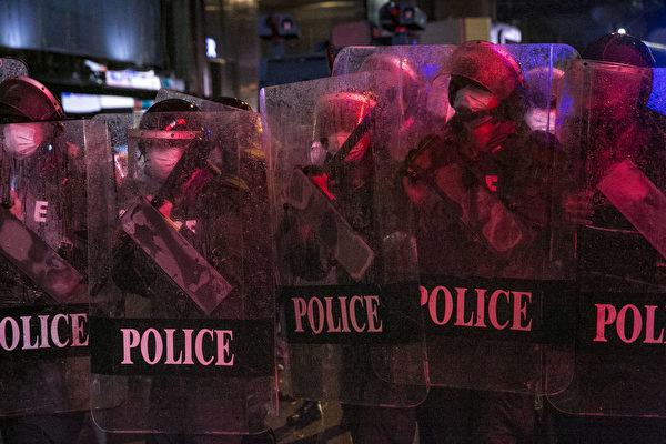 2020年10月16日,抗議者在泰國曼谷舉行的反政府集會中與防暴警察對峙。這次集會標誌著始於7月下旬的一系列反政府抗議活動中的最新一次,學生和反政府抗議者呼籲政府進行改革,總理巴育辭職。 (Getty Images/Getty Images)