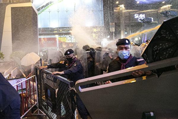 2020年10月16日,抗議者在泰國曼谷舉行的反政府集會中與防暴警察對峙。這次集會標誌著始於7月下旬的一系列反政府抗議活動中的最新一次,學生和反政府抗議者呼籲政府進行改革,總理巴育辭職。(Getty Images/Getty Images)